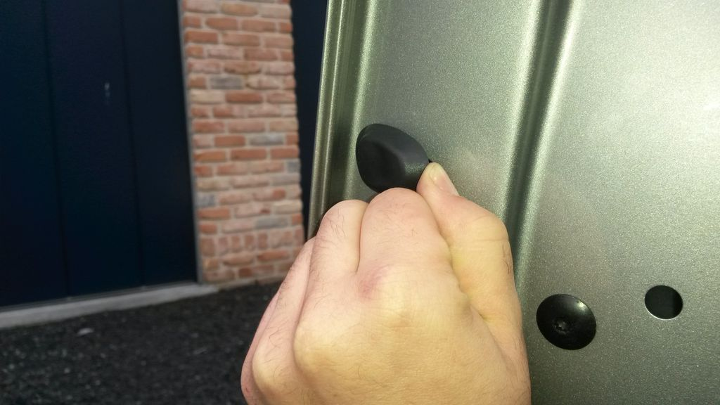 Pour remplacer cette pièce il faut démonter le barillet.. Pour ce faire on  ouvre la porte. Et on enlève le capuchon en plastique. Comme ceci :